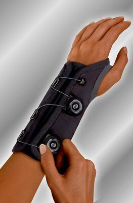 futuro-tm-us-601602enr-611612enr-custom-fit-stabilizing-wrist-brace
